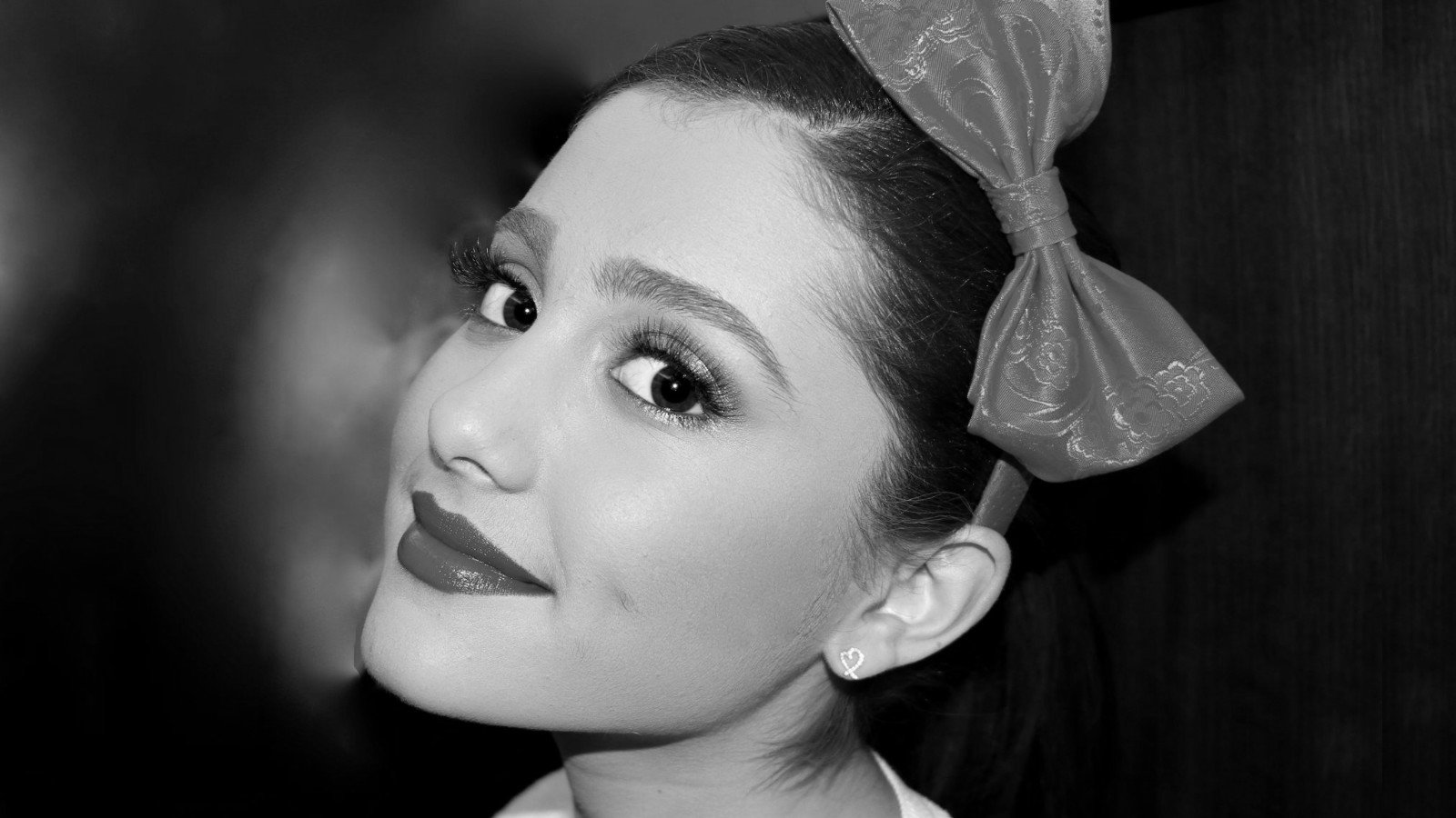 Download hd 1600x900 Ariana Grande PC wallpaper ID:132252 for free