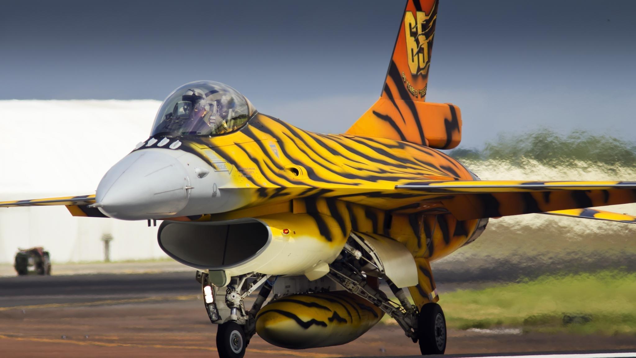 High Resolution General Dynamics F 16 Fighting Falcon Hd 2048x1152 Wallpaper Id 175101 For Desktop